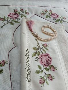 Cross Stitch Embroidery, Hand Embroidery, Crochet Bedspread, Diy Flowers, Handicraft, Bed Sheets, Diy And Crafts, Old Things, Canvas