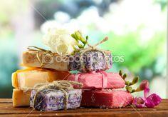 Naturalne mydła ręcznie robione, na drewnianym stole, na zielonym tle — Obraz…