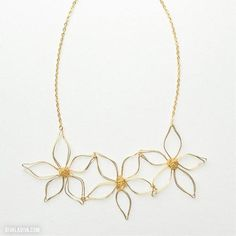 Anthropologie Knockoff Daisy Chain Necklace | Make this Anthropologie design yours with this super simple wire necklace tutorial.