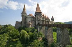 Corvin Castle Romania, in Hunedoara. Said to be way cooler than Bran Castle. there is a train station B-dul Republicii About 8 daily trains connect Hunedoara with Simeria and then from there you can go to Brasov Transylvania Castle, Transylvania Romania, Transylvania Dracula, Beautiful Castles, Beautiful Buildings, Beautiful Places, Beautiful Pictures, Amazing Places, Chateau Medieval