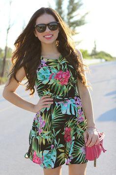 Tropical dress pink bag and sunnines - perfect summer outfit  Mekko, jossa kirkas trooppinen kuvionti yhdistettynä pinkkiin pikkulaukkuun ja aurinkolaseihin on täydellinen kesä look!