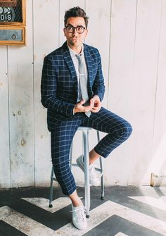 Navy windowpane suit with a gray button collar shirt gray linen tie glasses silver tie bar no show socks white sneakers. Tokyo Street Style, Cool Street Fashion, Windowpane Suit, Button Collar Shirt, Style Anglais, Daniel Levy, Outfits Hombre, Herren Outfit, Wedding Suits