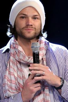 This is an amazing pic of Jared! Apparently he was wrestling with Osric and dislocated his shoulder. Jared Padalecki Supernatural, Supernatural Cast, Jared And Jensen, Just Jared, Jensen Ackels, Supernatural Convention, Sam Winchester, Celebrity Crush, Cute Guys