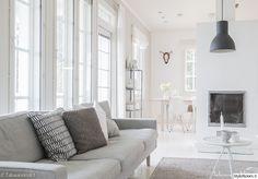 harmaa sohva,vaalea sisustus,takka,kynttilä,betoni,olohuone,olohuoneen sisustus