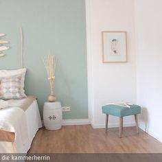 """Die Schlafzimmerwand wurde mit """"Greenblue"""" von Farrow & Ball gestrichen …"""
