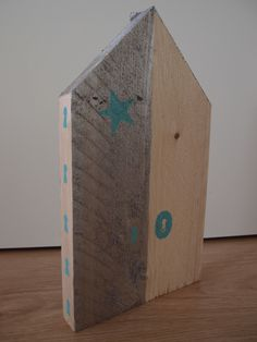 Decoratieve steigerhouten huis die rechtop kan worden neergezet. Beschilderd met behulp van sjablonen, sleutelgat en ster. Mede mogelijk gemaakt door de Karwei. Gemaakt door Marleen van de Kraats