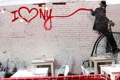 No caigas en estos errores que cometemos al viajar a Nueva York. Evítalos y planifica un viaje inolvidable con estos consejos. New York City Vacation, New York Travel, One World Trade Center, East River, New York Washington, Packing Tips For Travel, Street Art, Nyc, Neon Signs