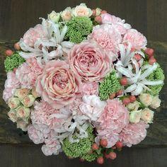 «お盆にルマンド食べるの忘れてた #flower#flowers#florist#flowerarrangement#rose#roses#sprayroses#carnation#spraycarnation#nerine#hypericum#succulent#sedum…»