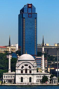 Dolmabahçe'deki Bezm-i Alem Valide Sultan Camii ve Ritz Carlton Hotel, Beşiktaş İstanbul Turkey