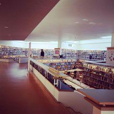 アアルトの都市計画でできた街ロヴァニエミ、図書館がエエ〜デス。半地下の閲覧コーナーは本棚で囲まれた小スペースやけど開放的。優しい自然光がキレイ。 家具も照明ももちろんステキな空間でした。  午前中行ったサンタクロース村のサンタさんは日本語ペラペラでちょっとキョーザメ、、。