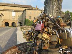 Candados en los puentes que unen las dos partes de la ciudad de Parma.