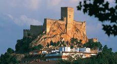 Castillo de Almansa, España, edificado sobre una gran roca que corona la ciudad. De origen árabe, fue reconstruido por don Juan Manuel en el siglo XIV.