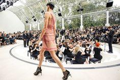 3 mudanças no cenário das semanas de moda que mostram que o tempo é de transformação e que formatos engessados estão com os dias contados. Entenda mais em