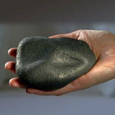 A la Découverte de la Shungite . Q u'est-ce que la shungite? C'est l'un des minerais les plus anciens de la Terre, vieux de plus de deux milliards d'années. La composition moléculaire de son carbone faite de fullerènes naturels rend cette roche unique...