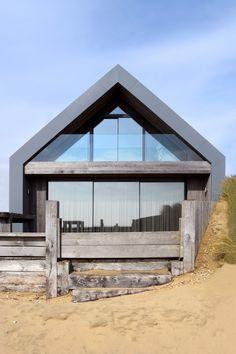 Maisons de plage à Camber Sands par WAM Design - Journal du Design Architecture Durable, Modern Architecture, Sustainable Architecture, Residential Architecture, Modern Barn House, Modern House Design, Exterior Tradicional, Contemporary Beach House, Self Build Houses