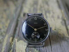 Military watch ERAX EXTRA .Very good cosmetic condition for its age. Movement is 15 Jewels hand winding.Case diameter excluding crown is 35 mm . made in Germany 40s ORIGINAL CRYSTAL GLASS .THE WATCH IS NEW , NEVER USED