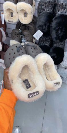 Source by de mujer juvenil Crocs Fashion, Sneakers Fashion, Fashion Shoes, Girl Fashion, Crocs Shoes, Shoes Sneakers, Sneaker Heels, Shoes Sandals, Crocs Crocband