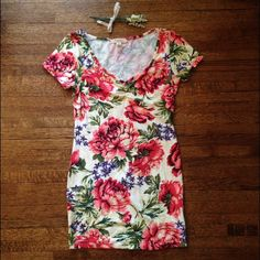 Floral bodycon Forever 21 dress Forever 21 dress with a cream background and multicolor floral print. V neck, short sleeved, bodycon style. Size medium, stretchy. Forever 21 Dresses Mini