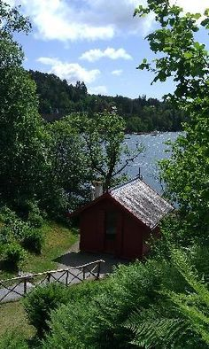 Troldhaugen Edvard Grieg Museum: View of the lake and cabin where Grieg composed