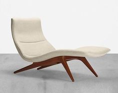 Chaise lounge designed by Vladimir Kagan. Framed in sculpted walnut this 'Model lounge was produced by Kagan-Dreyfuss, New York, in… Lounge Design, Chair Design, Apartment Balcony Decorating, Apartment Design, Mid Century Modern Decor, Mid Century Modern Furniture, Cool Furniture, Furniture Design, Chaise Chair