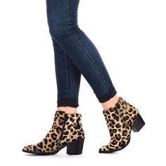 Botín de mujer de piel en animal print de leopardo. Corte y plantilla en piel. Atrévete a llevar estos botines salvajes.