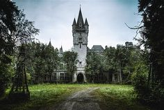 Image: Château Miranda, aka Noisy Castle, in Celles, Belgium (© Ernest Sébastien/www.flickr.com/photos/bestarns/)