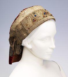 """Женский головной убор """"Кика"""".  19-й век. 10.2 x 19.1 cm. Шёлк, металлические нити, стекло."""
