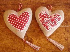 Colgador puerta corazón modelo CHERRY en tejido 100 % Algodón en colores lino, rojo y blanco (18 x 10 cm. aproximadamente). Confeccionado a mano. Hay 2 modelos para elegir.