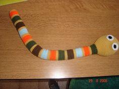 Como sigo teniendo excesos de restos de lanitas de colores, jajaja, me puse a inventar una viborita tejida y este es el resultado, no quedo ...
