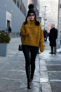 Street fashion: New York Fashion Week jesień-zima fot. Imaxtree Source by MadisonShank york Winter fashion Street Style Outfits, New Street Style, New York Fashion Week Street Style, Cool Street Fashion, Look Fashion, Fashion Black, Fall Fashion, New York Outfits, New York Winter Outfit