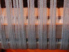 "Wolle Natur Farben : ""Rezept"" für kleine gewebte Wolldecken Plaids Teil 2 Curtains, Home Decor, Wool Quilts, Woven Chair, Loom, Natural Colors, Cardboard Paper, Weaving, Wool"