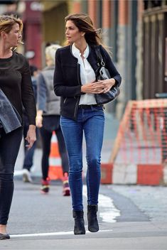 A Look Back at Cindy Crawford's Inimitable All-American Denim Style Cindy Crawford, Denim Fashion, 90s Fashion, Fashion Outfits, Linda Evangelista, Doc Martens, Casual Chic, Smart Casual, Modern Outfits