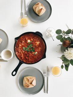 Shakshuka ist das beste Frühstück ever. Herzhaft, gesund und einfach lecker! (Anzeige) Food Porn, Curry, Sweet Home, Food And Drink, Blog, Low Carb, Meals, Ethnic Recipes, Interior