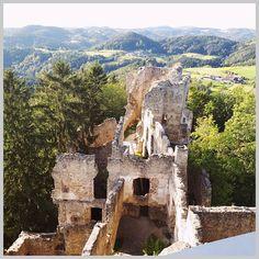 Was für ein Ausblick! Als ob der Blick auf die Ruine nicht schon spannend genug wäre kommt auch noch die wunderschöne Umgebung dazu.   Da haben wir einen der letzten warmen September-Tage noch einmal perfekt genutzt mit unserem spontanen Ausflug auf die Burgruine Prandegg.   Meine Begeisterung für diesen Ort muss endlich raus. Drum wird es hier noch zwei Posts und etwas später einen Blogbeitrag geben.   Jeder der schon dort war kann das vermutlich bestens verstehen. Und alle die noch nicht… The Walking Dad, Mount Rushmore, Mountains, Instagram, Nature, Travel, September, Hiking With Kids, Hiking Trails