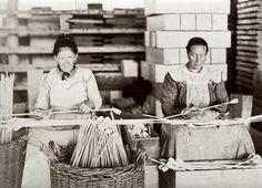 Pijpenindustrie: Twee vrouwen leggen de laatste hand aan de gefabriceerde pijpen. 1914.