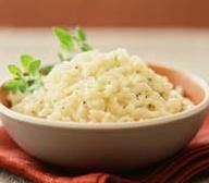 Cómo hacer Arroz a la parmesana. Primero picamos la cebolla y la sofreímos en una sartén grande con el aceite i la mantequilla . Antes de que empiece a ponerse