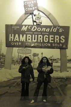 Photo: David Lee Roth and Eddie Van Halen eating Big Mac's back in 1979 David Lee Roth, Eddie Van Halen, Rock N Roll, Heavy Metal, Blues Rock, Hard Rock, Music Is Life, My Music, Music Pics