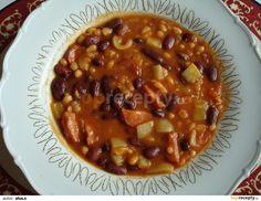 Na másle osmahneme nakrájenou klobásu, přidáme nakrájená rajčata a papriku na kostky, chvilku podusíme,  přidáme bílé fazole s tomatem a červené...