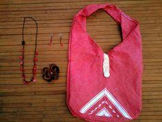 Que tal este bolso rojo con su collar de piedras semipreciosas rojas, aretes y prendedor... http://ide.la/13aELeI
