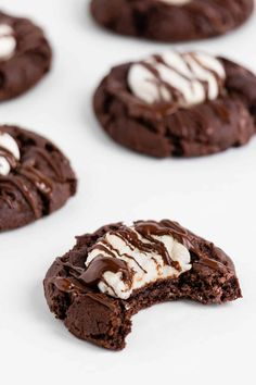 These vegan hot chocolate cookies are the best easy holiday dessert! Enjoy a rich vegan chocolate cookie with a gooey marshmallow center. It's hot cocoa in cookie form! #easy #withmarshmallows #recipe #christmas #vegan #cookies Vegan Chocolate Cookies, Vegan Hot Chocolate, Melting Chocolate Chips, Easy Smoothie Recipes, Easy Smoothies, Coconut Recipes, Cream Recipes, Vegan Recipes, Easy Holiday Desserts