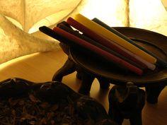 De hormoonbalansmassage wordt ondersteund door chakrakaarsen of lichaamskaarsen. De workshop wordt gegeven bij Udaya. Info www.oorkaarsen-lichaamskaarsen.nl