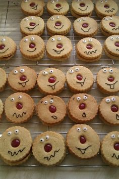 red nose day - jammy dodgers Banana Recipes, Snack Recipes, Cooking Recipes, Snacks, Red Nose Day Biscuits, Red Nose Day Cakes, Jammy Dodgers, Sandwich Bar, Biscuit Cookies