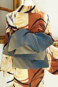 誂え染め物の老舗三勝の木綿反物を贅沢に使った、リズミカルな斜めストライプの兵児帯です。反対の面は網目のようにも見える優美な立涌に水玉のような小花が散らされています。 #kimono