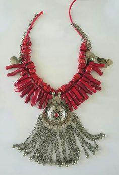 Βούλα Καραμπατζάκη Περιδέραιο σε εξέλιξη. Κοράλια, νήματα και παλιά συλλεκτικά στοιχεία από κοσμήματα.