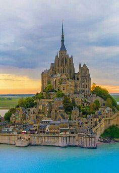 Ways On How To Take Better Landscape Photos Mont Saint Michel France, Le Mont St Michel, Beautiful Castles, Beautiful Places, Places To Travel, Places To See, Region Normandie, Capadocia, Tourist Sites