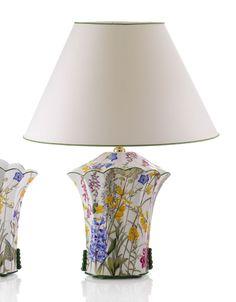 La lámpara de sobremesa Allegria tiene un bonito diseño ondulado que emula a un jarrón y un elegante estampado de flores silvestres sobre fondo blanco.  Es de Cerámica San Marco, artesanos italianos.  Y la podéis encontrar en:  http://www.aqdecoracion.es/iluminacion-3/lamparas-de-ceramica-san-marco-52/2/   #lamparasdesobremesa #ceramicasanmarco #lamparasdeceramica #lamparasdeporcelana #lamparasdecorativas #ceramicadecorativa #iluminaciondecorativa