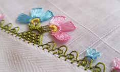 Çiçekli iğne oyalarından zarif çıtı pıtı bir örnek yapılışı hazırladık. İğne oyası modellerinden en güzel örneklerini videolu yapılışları ile birlikte sizl Baby Knitting Patterns, Embroidery Patterns, Hand Embroidery, Needle Lace, Needle And Thread, Filet Crochet, Double Crochet, Tatting, Needlework