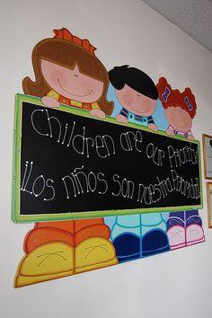 Niños bilingües Board Decoration, Class Decoration, School Decorations, Preschool Classroom, Preschool Crafts, Classroom Decor, Art Room Doors, Kites Craft, Art For Kids