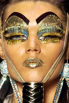 Maquiagem Artística Pat McGrath - Dior Makeup - Ideas of Dior Makeup - John Galiano for Christian Dior Haute Couture Spring/Summer 2004 Catwalk Makeup, Runway Makeup, Dior Makeup, Mac Makeup, John Galliano, Galliano Dior, Christian Dior, Pat Mcgrath, Couture Fashion