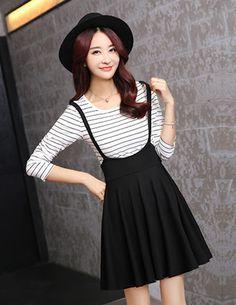 Chân váy xòe dạng yếm thời trang - A9240 Màu sắc: Đen  Chất liệu: Tuyết mưa Xuất xứ: Việt Nam  Kích thước: Freesize   Dài váy 52cm, dài cả dây và váy 82cm, lưng 70cm, có dây kéo